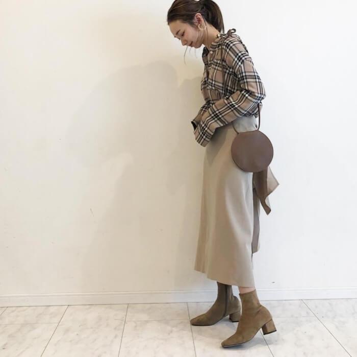 バーバリーチェックブラウス(シャツ)×ベージュフレアスカートのコーデ画像