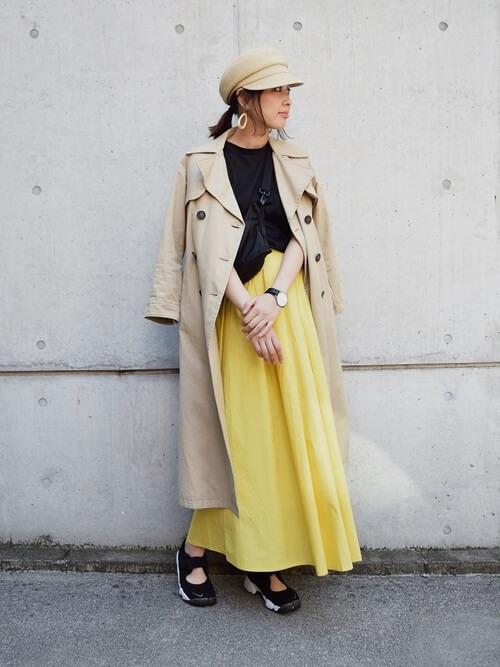 トレンチコート×イエロースカートのコーデ画像