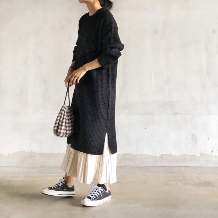 黒ニットワンピース×白プリーツスカートのコーデ画像