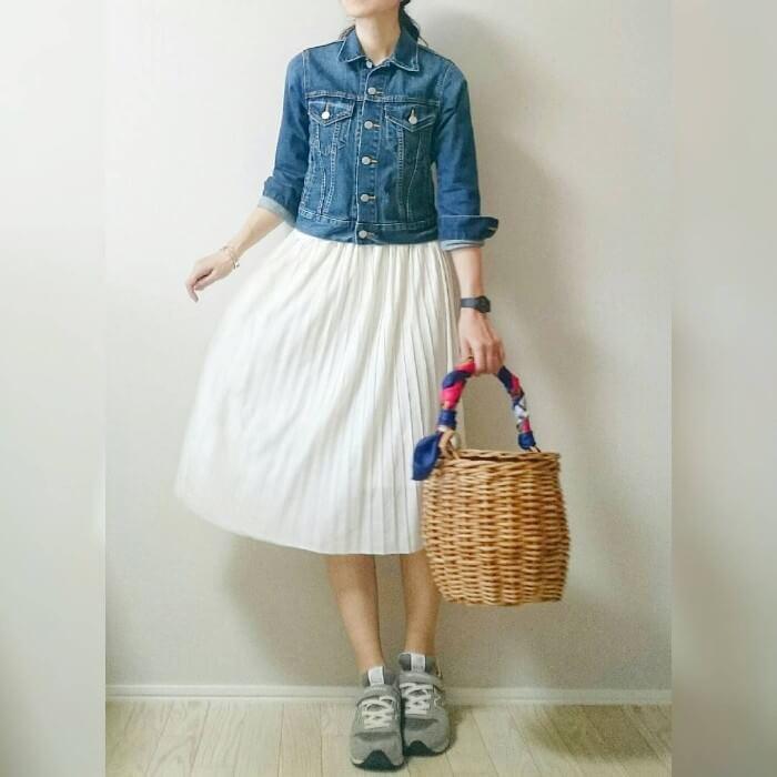 ブルー×白プリーツスカートのコーデ画像