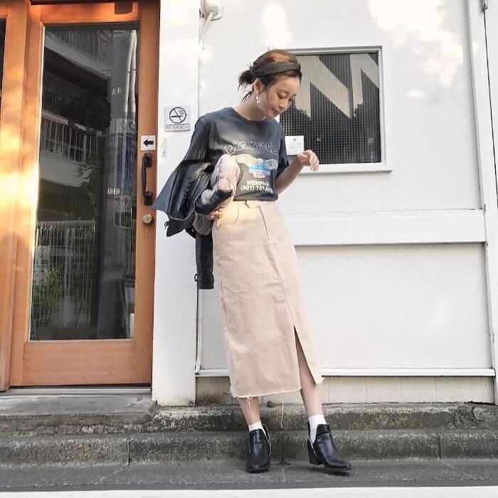 ロゴTシャツ×白デニムタイトスカート×ライダースのコーデ画像