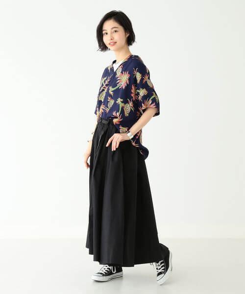 オーバーサイズのネイビーシャツと黒のロングスカートのコーデ画像