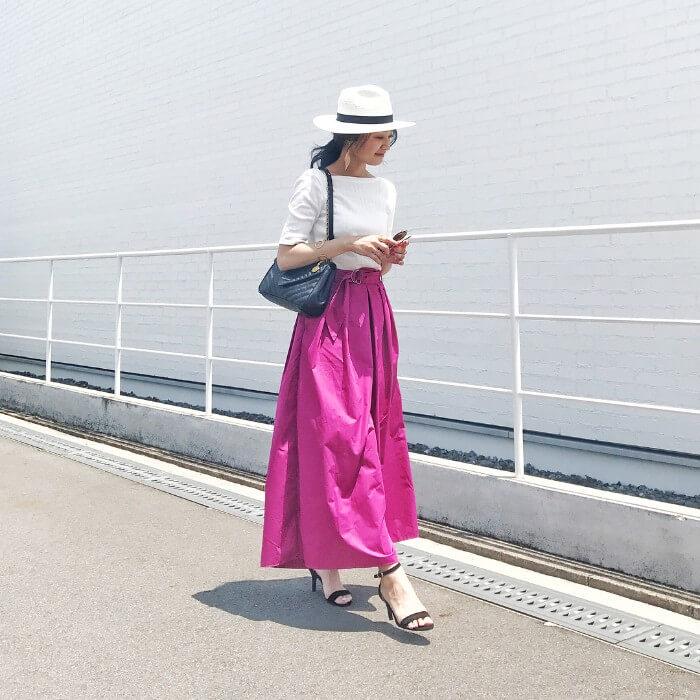 ローズピンクのタック入りフレアスカート×白トップス&麦わら帽子のコーデ画像
