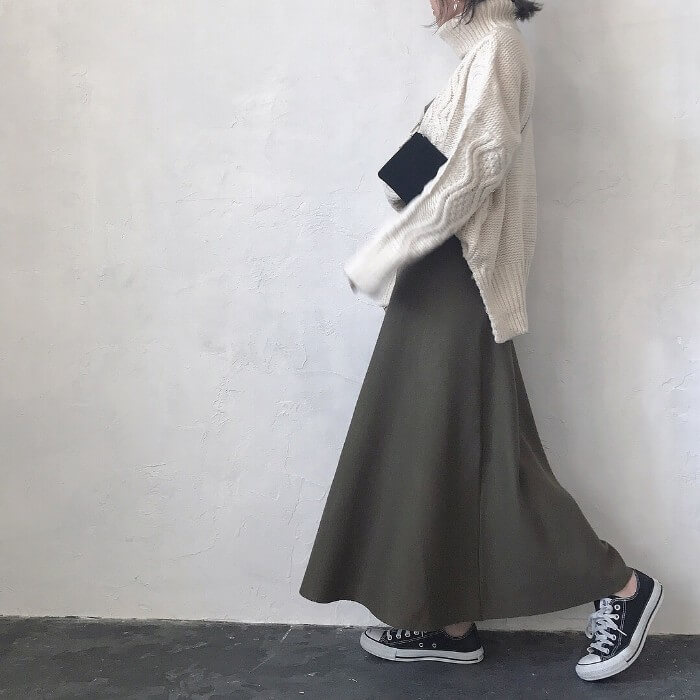 ボリューミーなニット×グレーフレアスカート&黒スニーカーのコーデ画像