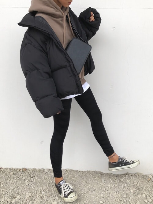 茶色パーカー×黒レギンスパンツのコーデ画像