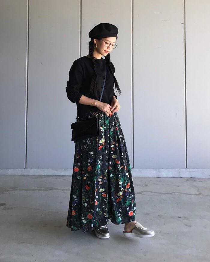 ロング丈の柄スカート×ベージュスリッポンのコーデ画像