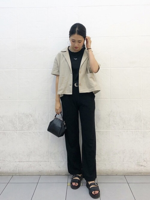 ベージュリネンシャツジャケット×黒パンツのコーデ 画像
