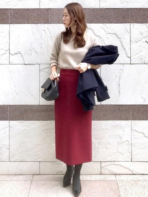 レッドロングタイトスカート×グレータイツのコーデ画像
