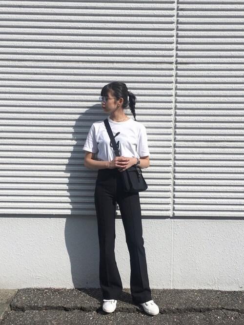 白Tシャツ×黒フレアパンツのコーデ画像