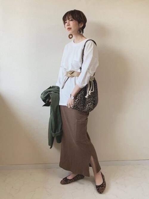 白ロングカットソー×ブラウンスリットスカートのコーデ画像