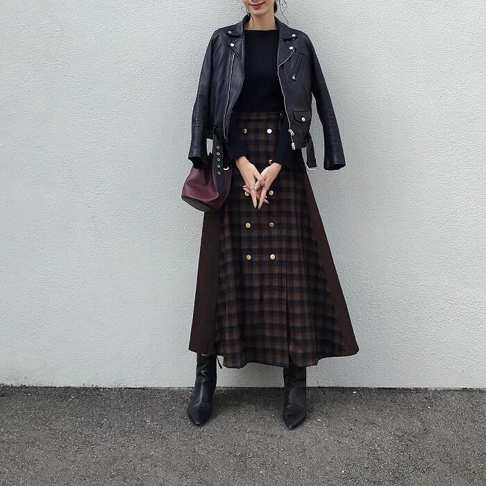 黒ライダース×チェックフレアスカートのコーデ画像
