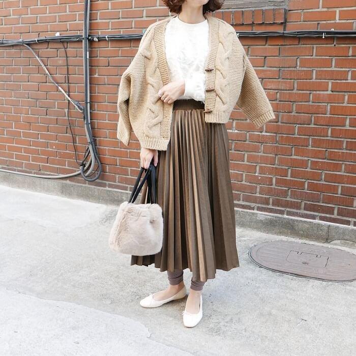 ベージュニットカーディガン×ブラウンプリーツスカートのコーデ画像
