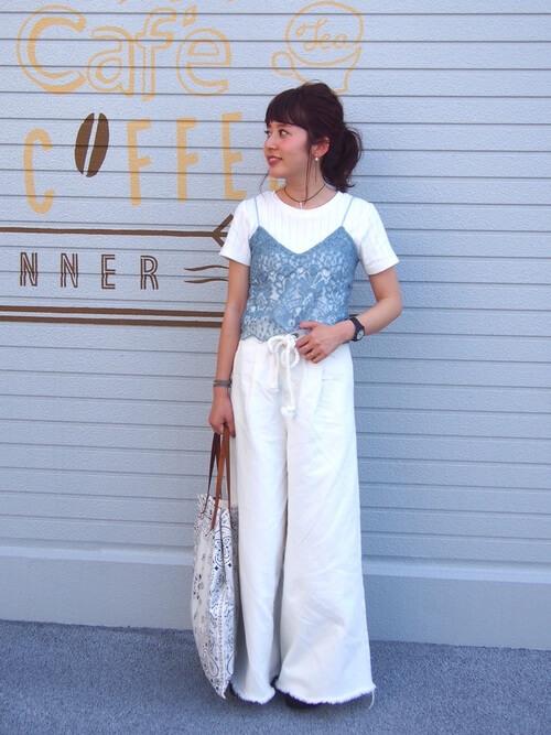 白Tシャツ×水色レースキャミソールのコーデ画像