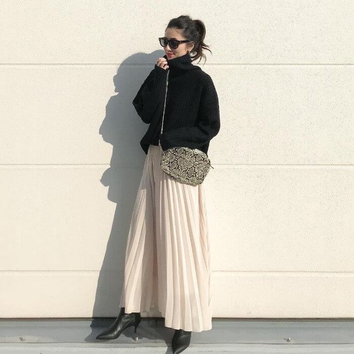黒タートルニット×白プリーツスカートのコーデ画像