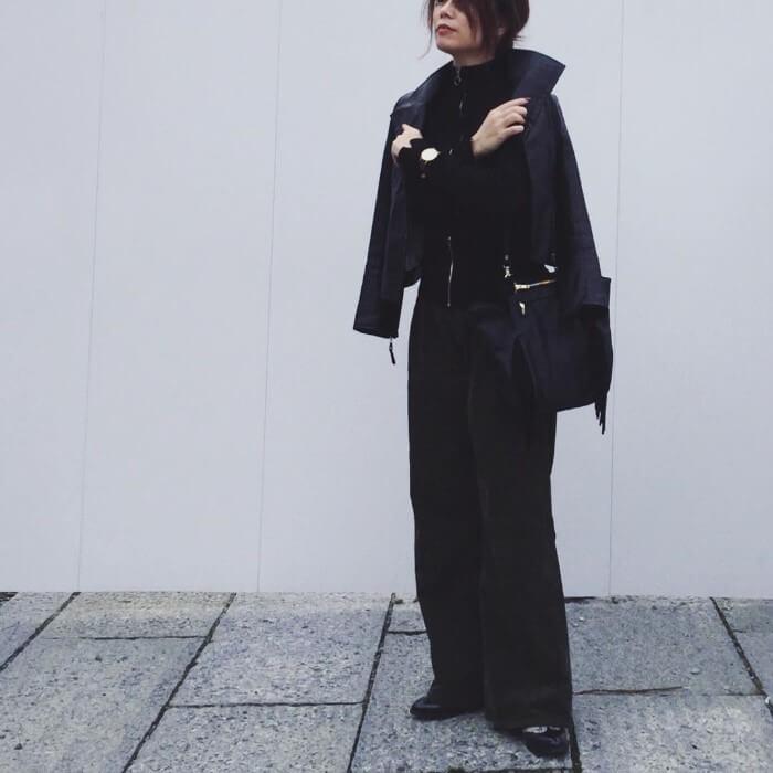 ブラックアウター×ブラックコーデュロイワイドパンツのコーデ画像