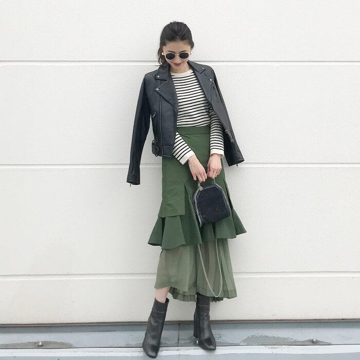 黒ライダース×カーキデザインスカートのコーデ画像
