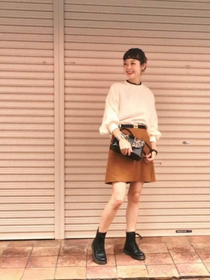 キャメルミニフレアスカート×レオパード柄バッグのコーデ画像