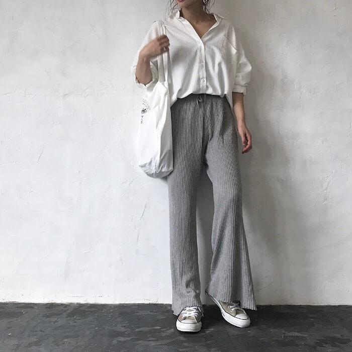 白Yシャツ×グレーリブニットパンツのコーデ画像