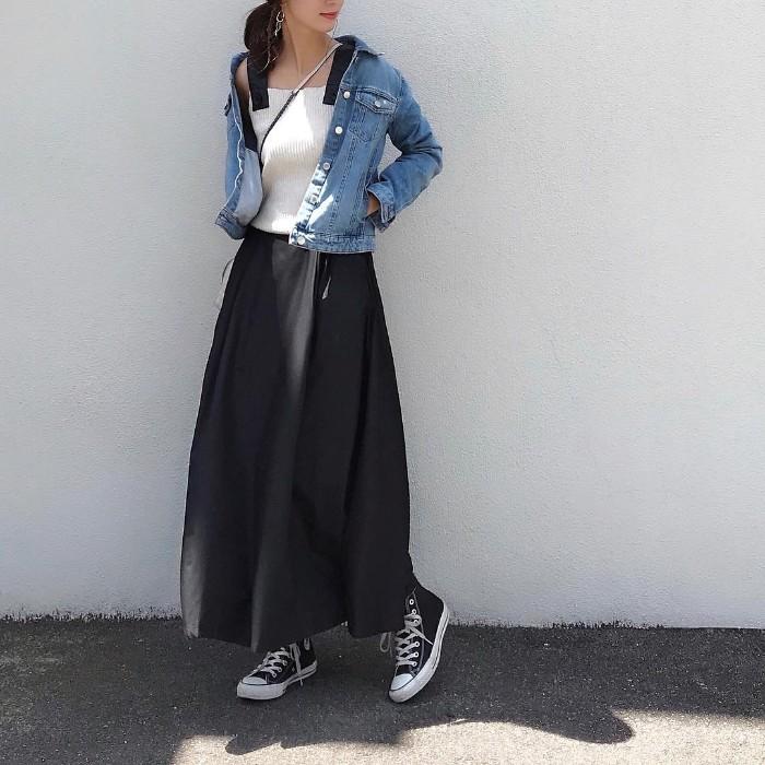 春素材のスプリングスカートで温度調節したコーデ画像