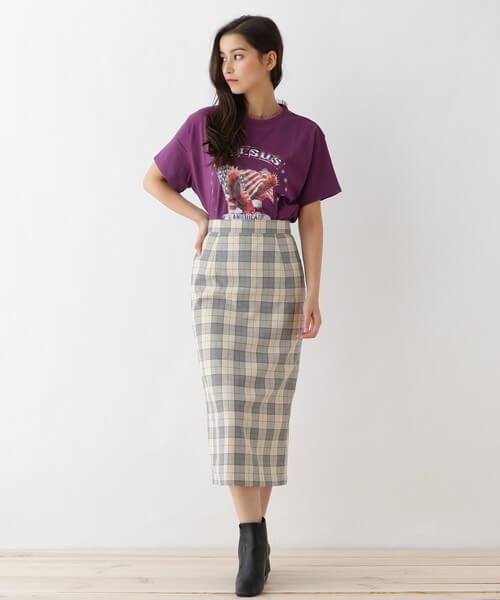 パープルTシャツ×白チェックタイトスカートのコーデ画像