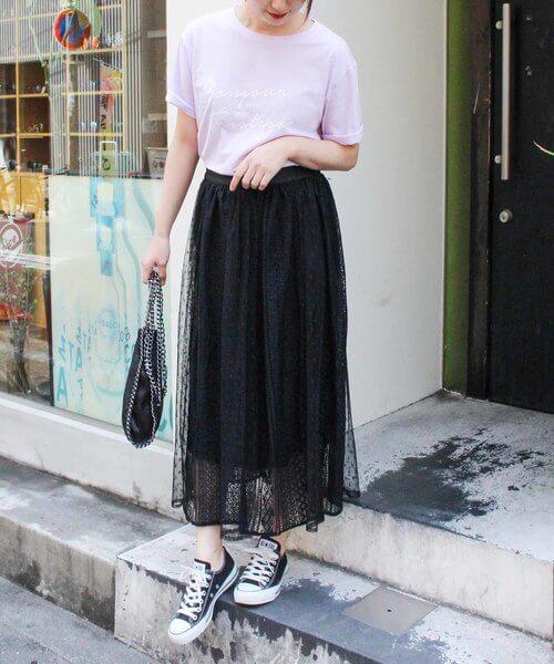 淡パープルTシャツ×黒レースフレアスカートのコーデ画像