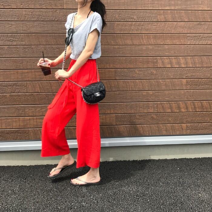 グレーTシャツ×赤クロップドパンツのコーデ画像