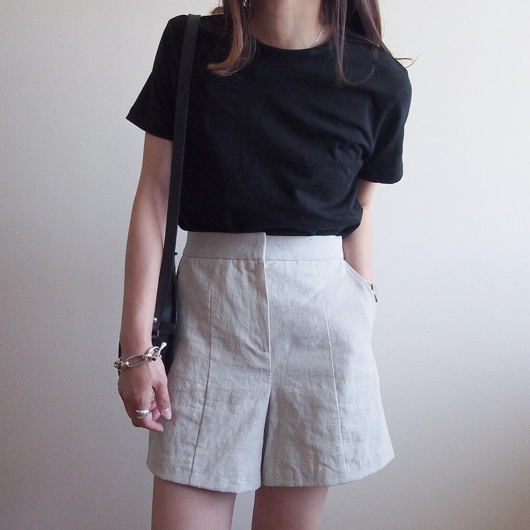 黒の無地tシャツとリネンショートパンツのコーデ画像