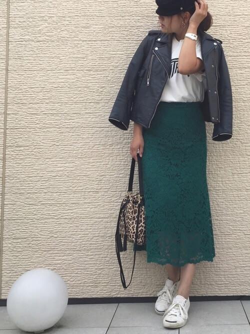 グリーンレーススカート×白スニーカーのコーデ画像