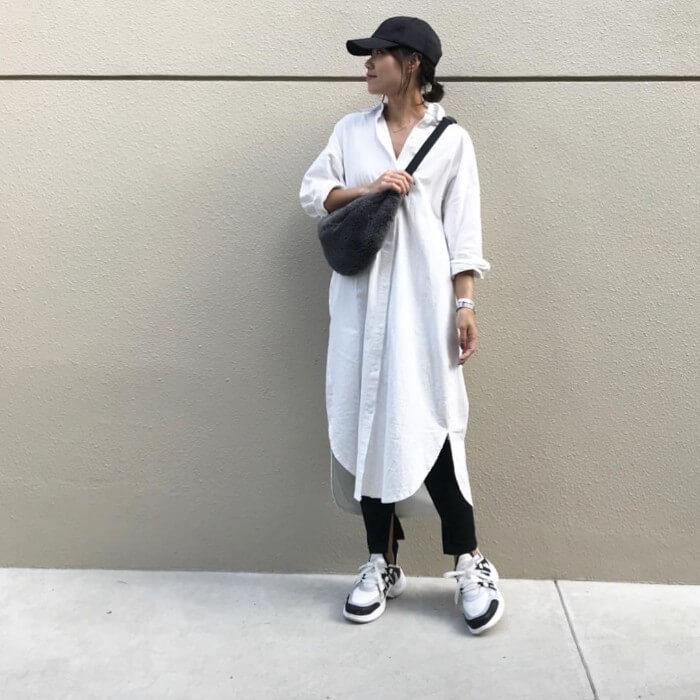 白シャツワンピース×黒パンツ×黒キャップのコーデ画像