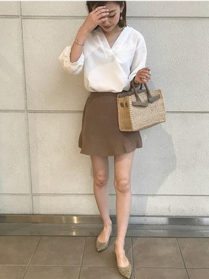 ブラウンミニフレアスカート×白ブラウスのコーデ画像