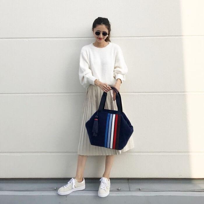 白ニット×ベージュプリーツスカートのコーデ画像