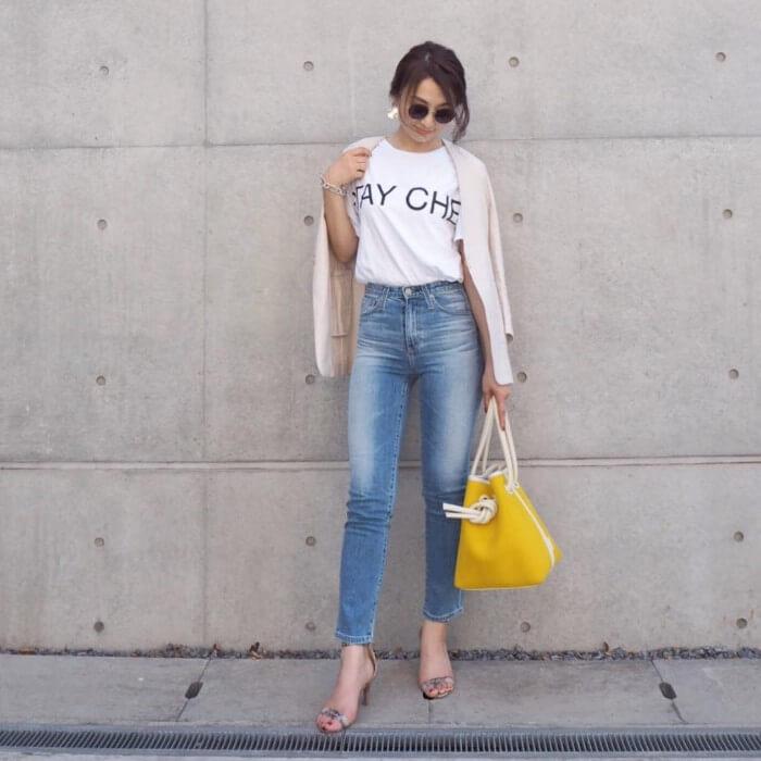 ベージュカーディガン×白ロゴTシャツ×デニムのコーデ画像
