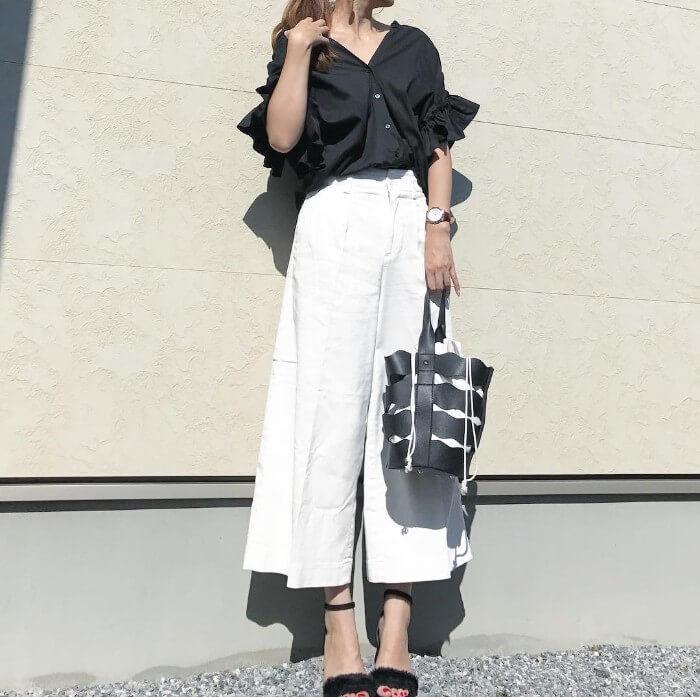 黒フリルシャツ×白ワイドパンツ
