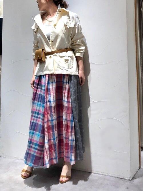 白デニムジャケットとチェック柄ロングスカートの画像