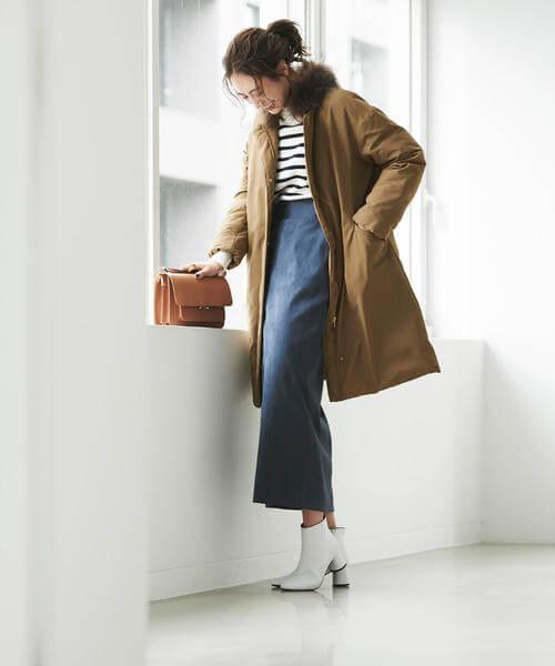 ネイビーのロングスカートと白ブーツのコーデ画像