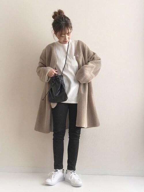 ロング丈ムートンコート×黒スキニーパンツのコーデ画像
