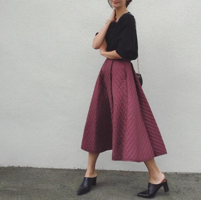 黒トップス×エンジ色スカートのコーデ画像