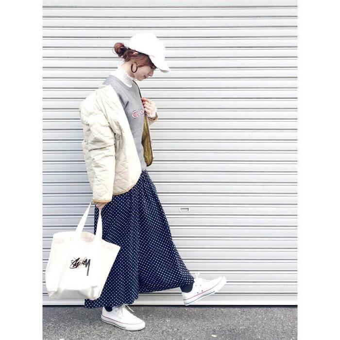 白のキルティングジャケットとネイビーのロングスカートのコーデ画像