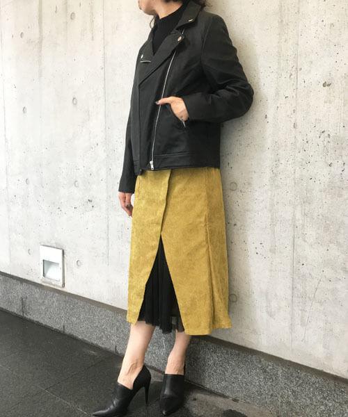 黒ダブルライダース×マスタードタイトスカートのコーデ画像