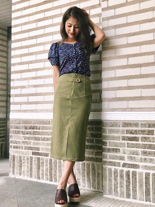 カーキタイトスカート×花柄ブラウスのコーデ画像