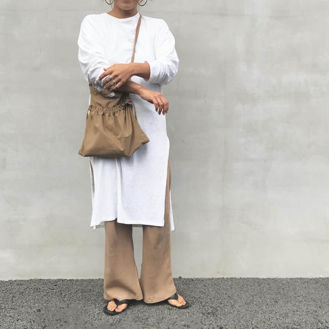 白のTシャツワンピース×チノパンのコーデ 画像