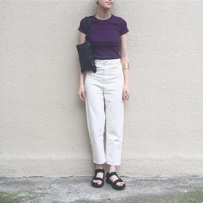 紫の無地Tシャツ×白ストレートパンツのコーデ画像