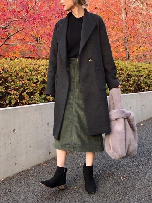 チャコールグレーコート×カーキコーデュロイタイトスカート×ファーバッグ