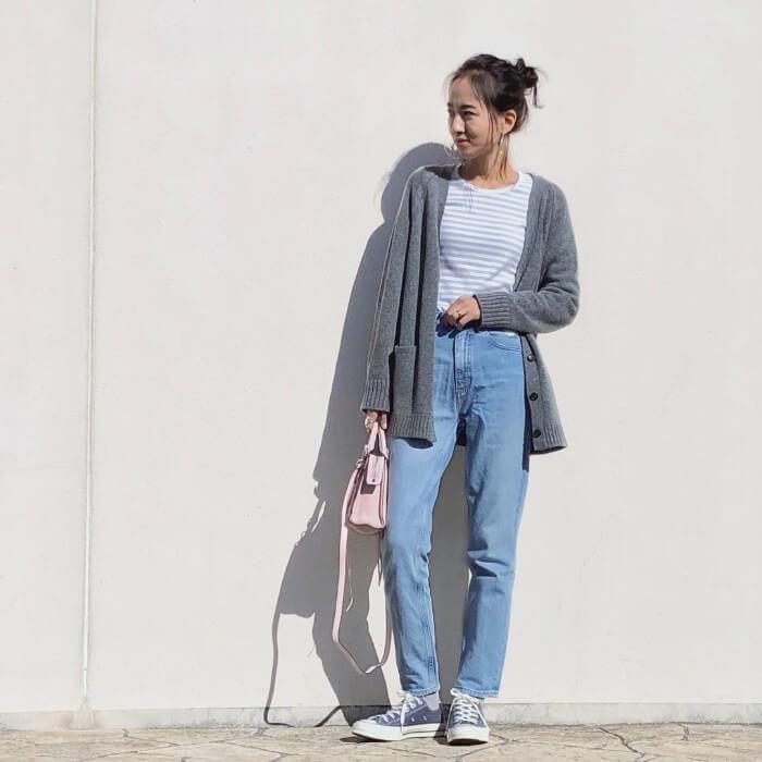 パステルブルーボーダートップス×パステルピンクのバッグとライトブルーのガールフレンドデニムのコーデ画像
