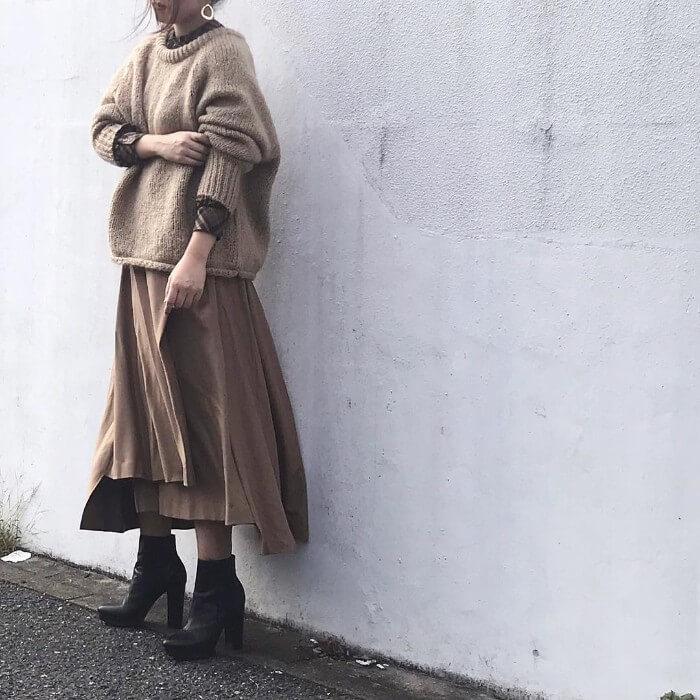 ベージュシャギーニット×ブラウンフレアスカートのコーデ画像