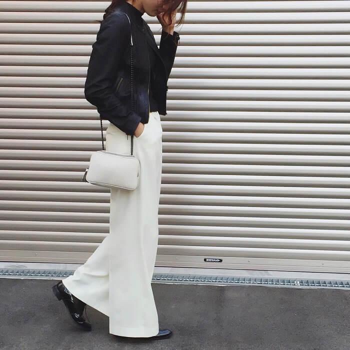 「白ワイドパンツ×エナメルショートブーツ」の秋冬コーデ写真