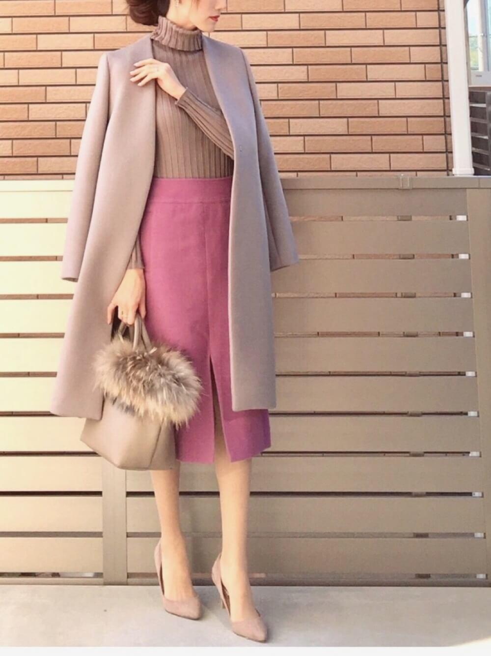 グレーノーカラーコートとピンクタイトスカートのコーデ画像