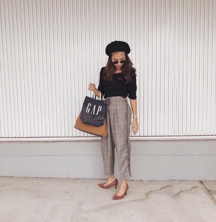 黒ベレー帽×黒トップス×チェック柄パンツの帽子コーデ画像