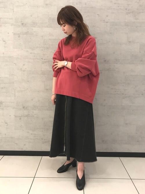 レッドスウェット×黒スカートのコーデ画像