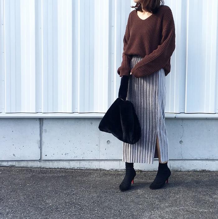ブラウンニットとグレープリーツスカートのコーデ画像